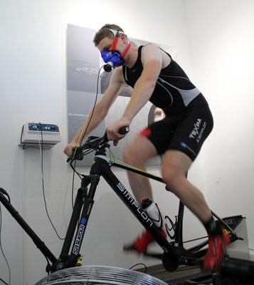 Sportler bei einer Spiroergometrie auf dem Fahrradergometer