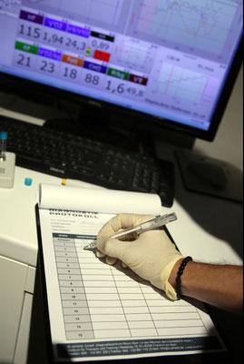 Fürs Protokoll: die erreichten Herzfrequenzwerte bei bestimmten Stufen der Laktatdiagnostik werden notiert.