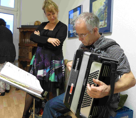 Hans gibt Konzerteinlagen - Piazzolla inklusive