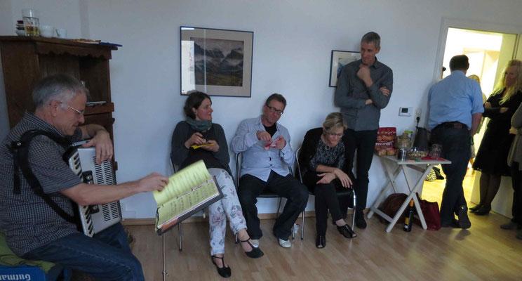dem Konzert lauschen im zweiten Praxis-Raum