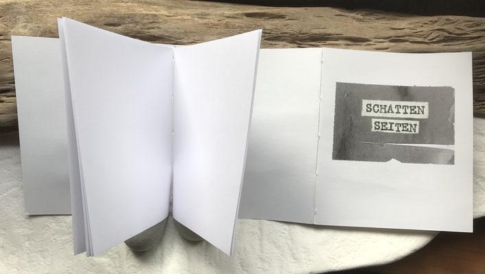 Umschlagpapier umdrehen - Notizheft 2 in zweite Knickkante nähen