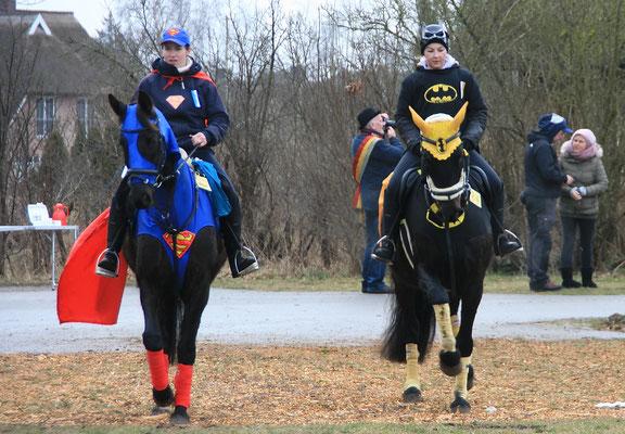 Einzug auf der Festwiese angeführt von Superwoman und Batwoman