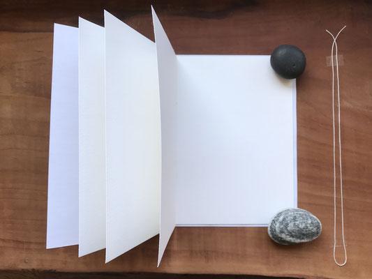 Umschlagpapier oben, unten und rechts 2mm über Innenblock stehend, 3 gefaltete A5 Blätter für A6 Notizbuch, Faden doppelt oben und unten überstehend