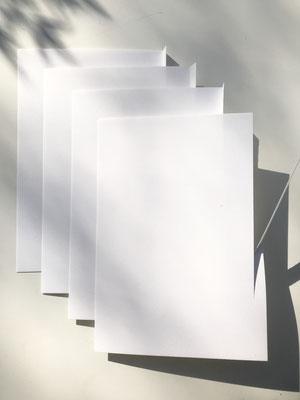 4 festere Papiere A5, bei 3 Blättern rechts 1cm Rand mit Schaschliknadel falzen und knicken, 4. Blatt 1cm abschneiden