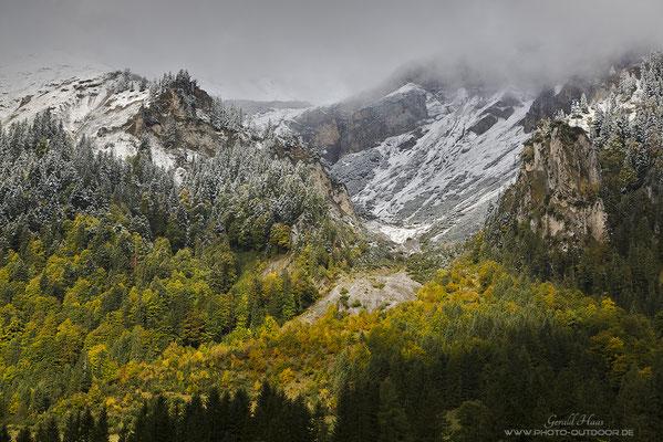 Winter trifft Herbst. Nur selten kann man dieses Naturphänomen so farbenprächtig beobachten wie an diesem Tag.