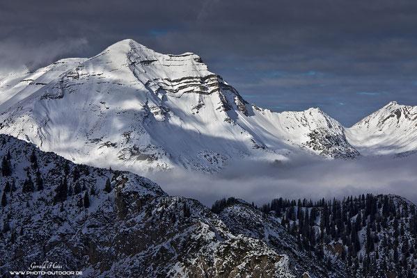 Gigantischer Ausblick vom Gipfelgrat auf die umliegenden Schneeberge.