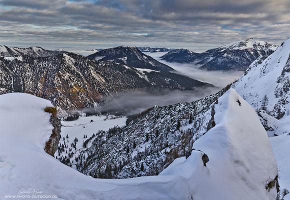 1000 Höhenmeter über dem Tal: Tiefblick vom Gipfelgrat