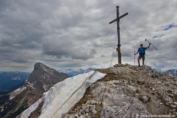 Gipfelkreuz am Tullen, im Hintergrund der Peitlerkofel.