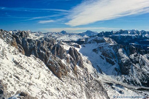 Fantastischer Blick vom Gipfel des 1. Nordwandturms (2920 m) auf die verschneite Landschaft (Scan vom Dia)