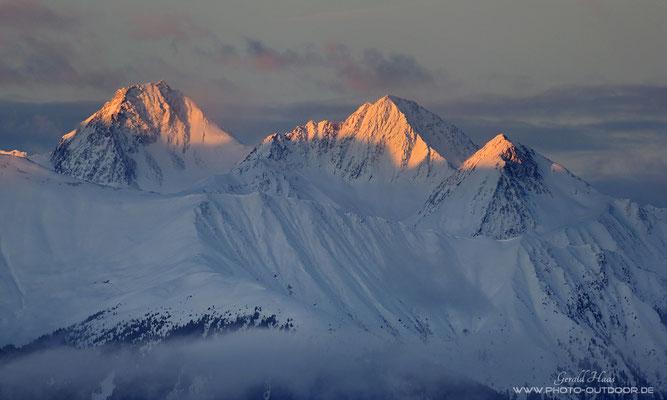 Bergspitzen im Licht an der Tagesgrenze