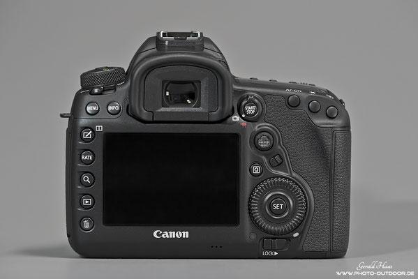 Rückseite Canon 5 D Mark IV: Neben dem Multicontroller rechts ist der neue Schalter, der mit verschiedenen Funktionen belegt werden kann, z.B. der Wahl des Autofokusbereichs.