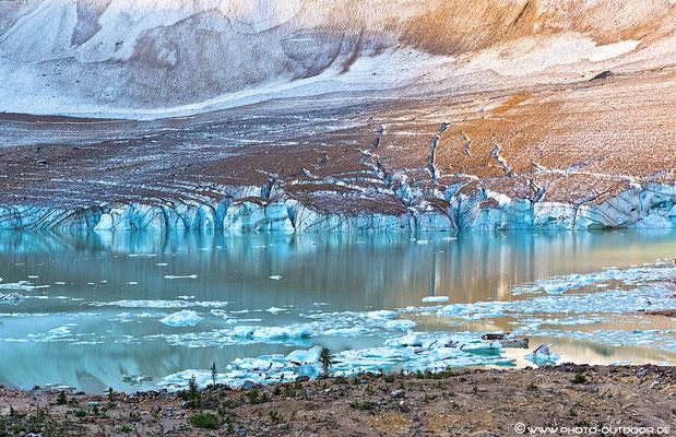 Eisschollen aus dem Angel Glacier im See.
