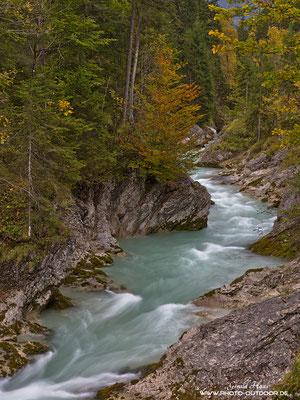Ein Flussabschnitt im Karwendel zeigt sich im Herbst in den schönsten Farben.