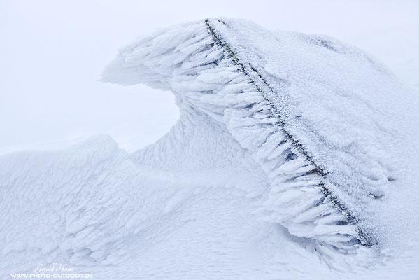 Die Aufnahme-Bedingungen waren ziemlich hart: Die Eiszapfen wachsen nur aus einem Grund waagrecht: Eisiger Sturmwind fegt über den Gipfel...