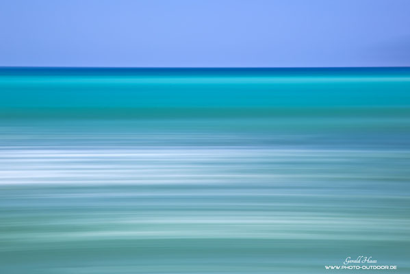 Die Blauschattierungen von Meer und Himmel in abstrakter Darstellung