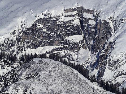 Interessante Strukturen in verschneiten Gebirge.