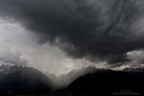 Der Himmel verfinstert sich buchstäblich, als die Schlechtwetterfront heran rollt.