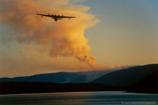 Löschflugzeuge bekämpfen einen Waldbrand.