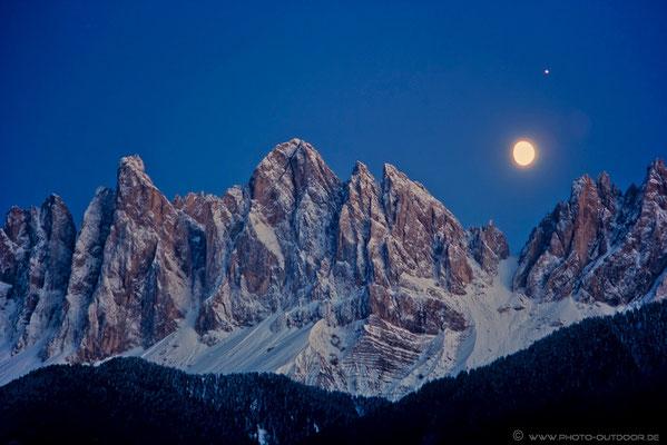 Der Mond über der verschneiten Mittagsscharte, links daneben der 1. und 2. Norwandturm, Sass Rigais in der Mitte und  links die Furchetta (Scan vom Dia, 2003)