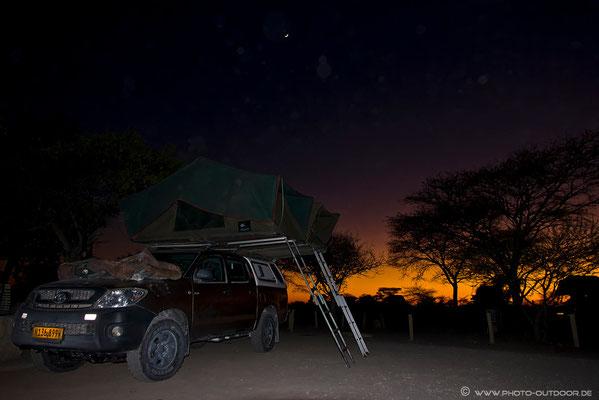Vor Sonnenaufgang geht es jeden Morgen zeitig los. Obwohl noch windstill, ist der Staub Afrikas allgegenwärtig. Jeder Objektivwechsel kann sich da am nächsten Photo unangenehm bemerkbar machen...