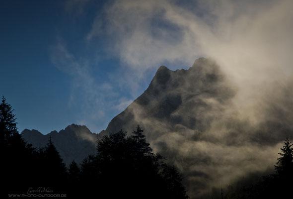 Am Morgen ziehen Nebelschwaden um die Karwendel-Gipfel.