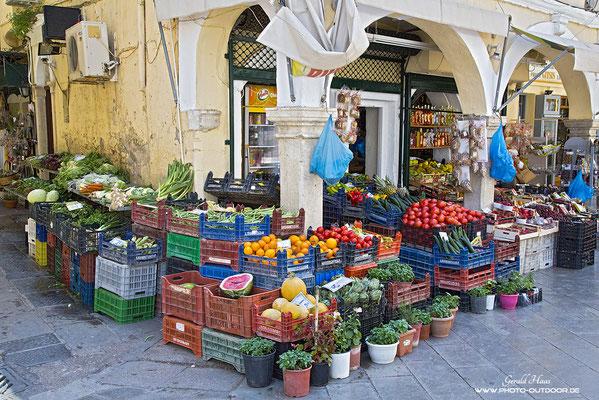 Ein Gemüseladen in Kerkyra preist seine Waren an