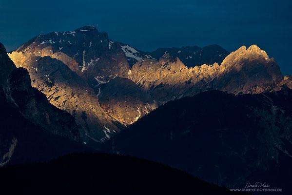 Die letzten Sonnenstrahlen bringen die Bergflanken zum Leuchten.