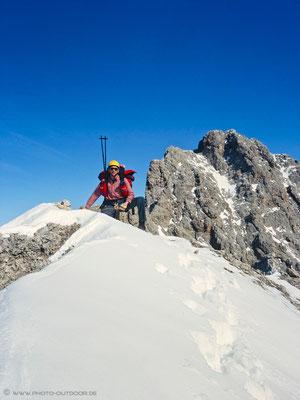 ... zum Greifen nah und doch unerreichbar: rechts der Gipfel des Sass Rigais. Dazwischen leider metertiefer senkrechter Graben, die Wegmarkierungen sind unter den Schneemassen verborgen.