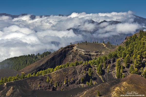 Dramatische Wolkenstimmung während unseres Aufstieges zum Deseada II, dem höchsten Vulkan im Süden der Insel.