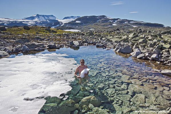 Wirklich erfrischend: Baden mit Eisschollen... Sognefjell, Jotunheimen-NP/Norwegen