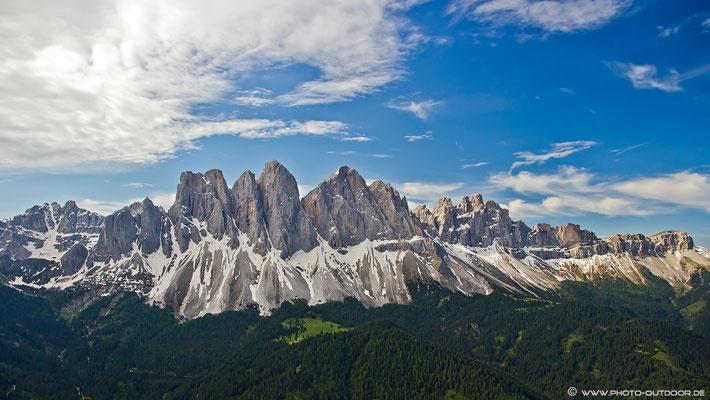 Wow, was für eine Gipfelschau: Kaum hat man die Waldgrenze unter sich, bietet sich diese spektakuläre Aussicht auf die Geislerspitzen!