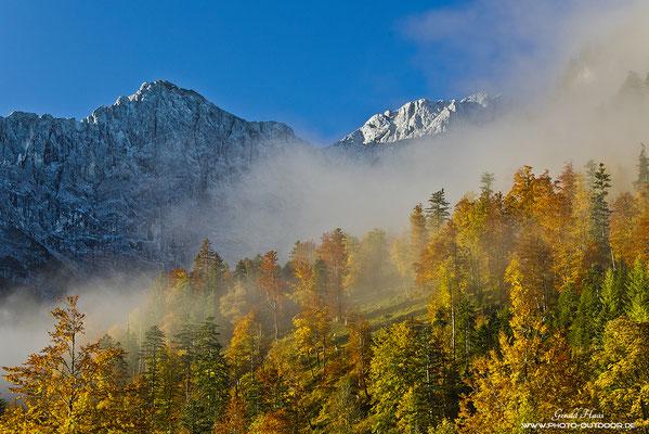 So schön kann der Herbst sein: Farbenpracht vor den Berggipfeln des Karwendelgebirges.