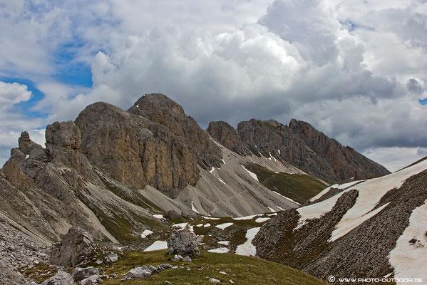 Nach der Waldgrenze unterwegs am Günter-Messner-Steig: Blick auf den Tullen, Bildmitte links