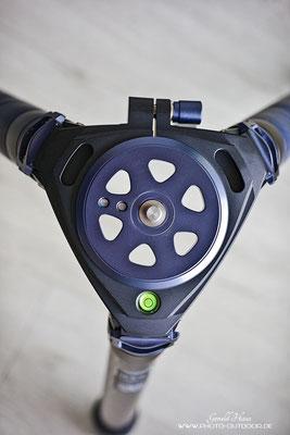 Eine Libelle ist an der Oberseite integriert. Statt der Stativplatte kann auch eine Mittelsäule oder eine Video-Halbschale eingesetzt werden.