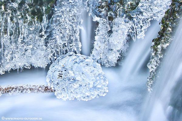 Eisskulpturen am Wasserfall