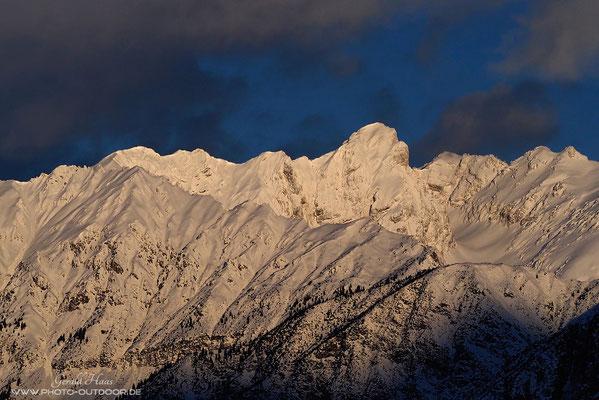 Ein Beispiel, wie  unterschiedliche Lichtqualität ein Motiv beeinflusst. Der gleiche Bergkamm...
