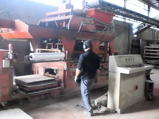 Blocchiera fissa automatica Form Impianti Unimatic 1100 F usata per la produzione di mattonelle autobloccanti in cemento vibrocompresso, produzione in 8 ore di lavoro circa 500 metri quadri di pavè