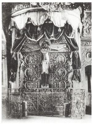 Иисусов Крест в богатом убранстве в Крестовоздвиженском храме Никольского погоста (фото начала XX века). Первая фотография креста.