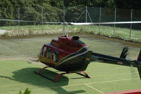 Heli Charter Flug - Landung auf Tennisplatz Hotel Schassberger Ebnisee