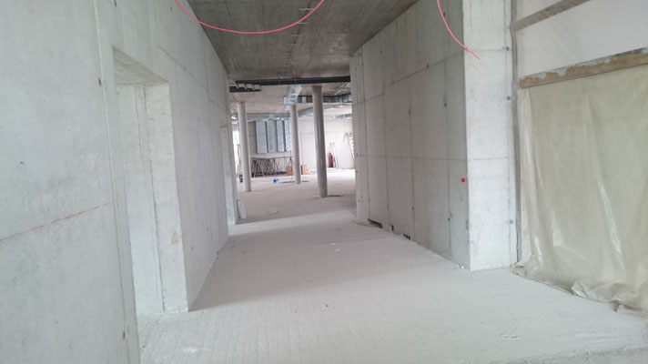 Blick vom Haupteingang zur Aula