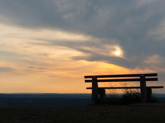 Bank im Sonnenuntergang auf dem Weg zum Walberla