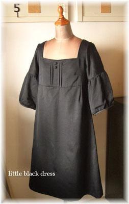 スクエアネック、ギャザー袖のフォーマルワンピ。とろみのある薄手ウール使用。