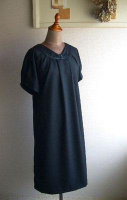 襟元タック、ドルマン袖のブラックワンピ。薄手ウール使用。