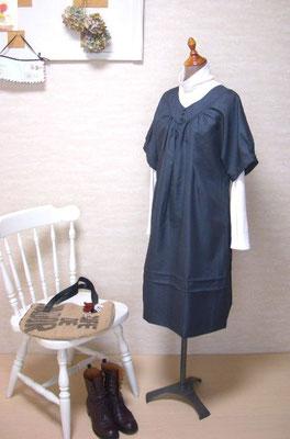 vネックの紺色ワンピ。織り柄入りの上質サマーウール使用。
