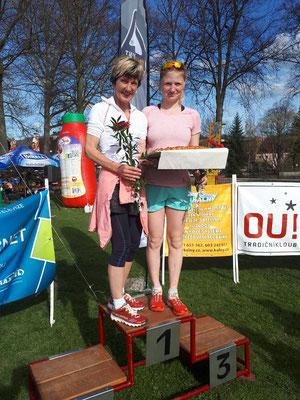 Monika und Sabine Wallner bei der Siegerehrung