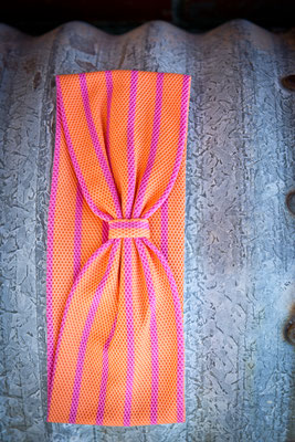 Stirnband orange und pink gestreift von Silvia Bundschuh Hutdesign, Hamburg