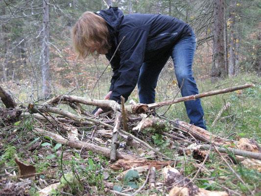 begeisterte Mama bei der Holzsuche für den Laubhüttenbau