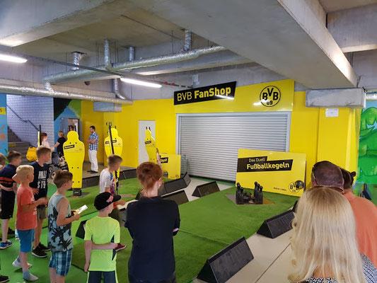 """Ein Ball - eine Welt  Dortmund, 05.06.2016, Interkulturelles Stadionfest """"Ein Ball - eine Welt!"""" im Signal Iduna Park.  """"Nachweis BVB-Fanclub Einigkeit"""""""