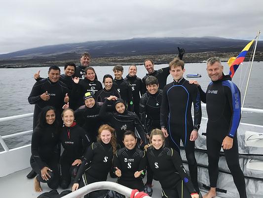 Galapagos Shark Diving - Gruppe von Tauchern
