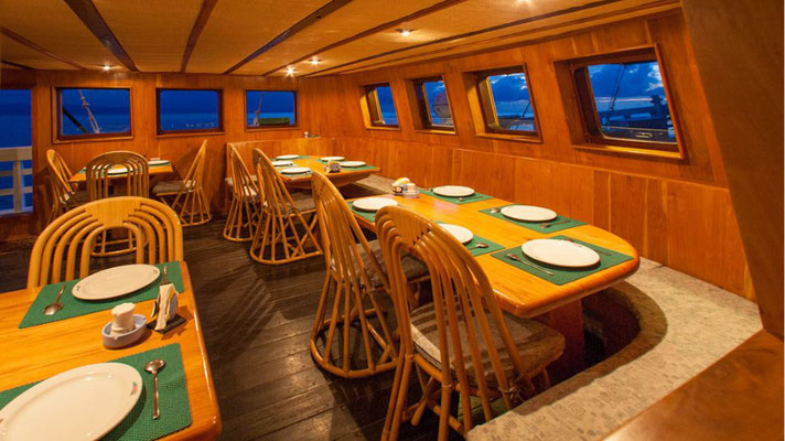 Lounge area of the ship Indonesia Liveaboard, ©Pindito